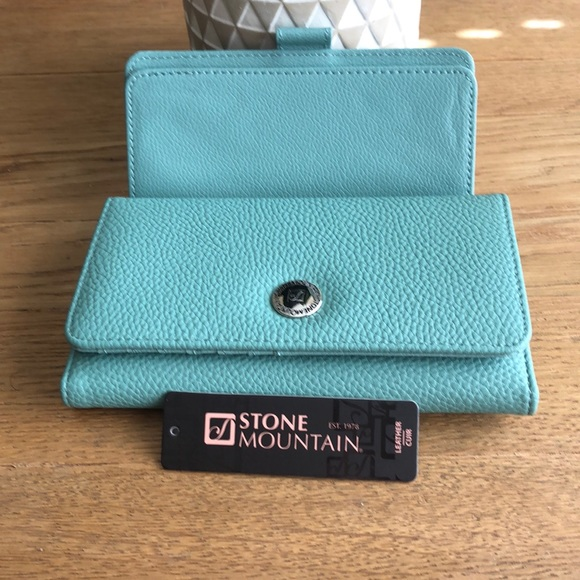Stone Mountain Accessories Handbags - NWT STONE MOUNTAIN Trifold Leather Wallet/Checkboo